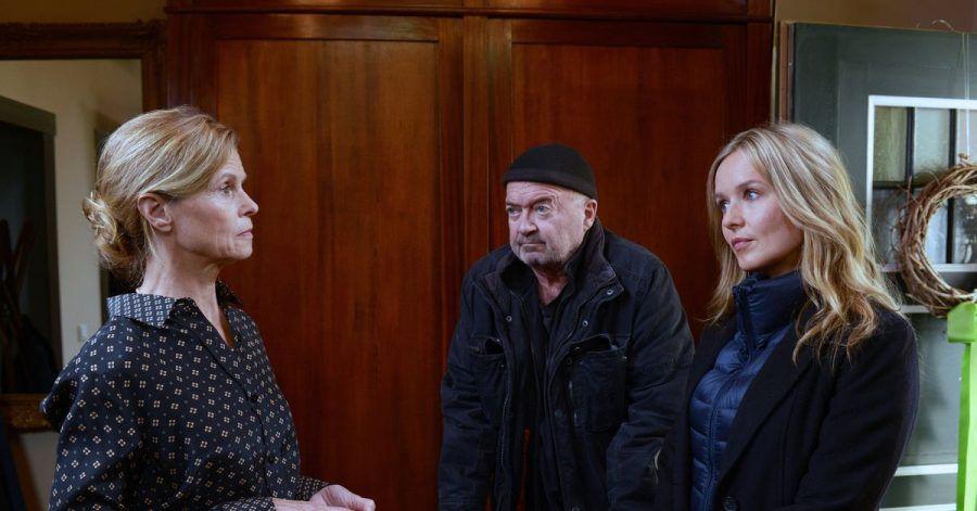 Die Kommissare Otto (Florian Martens, M) und Linett (Stefanie Stappenbeck, r), haben Fragen an Erika (Leslie Malton, l), deren Mann einem Giftmord zum Opfer fiel.