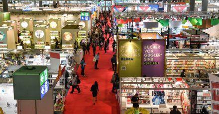 Blick über eine Ausstellungshalle der Frankfurter Buchmesse.