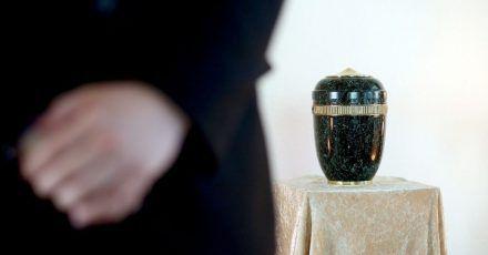 Damit es bei der Bestattung keine unangenehmen Überraschungen gibt, sollte man seine Wünsche am besten schriftlich festhalten.