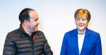 Der Merkel-Fan Alexis Vaiou neben der lebensgroßen Wachsfigur der Noch-Kanzlerin.