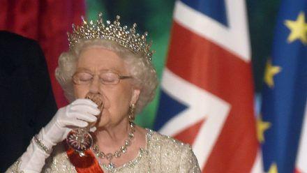Die Vorliebe von Queen Elizabeth II. für einen kleinen Drink ist seit Jahrzehnten bekannt. (dr/spot)