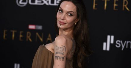 US-Schauspielerin Angelina Jolie trägt bei der Premiere von «Eternals» in Los Angeles eine Kinnmanschette.