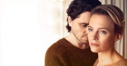 Clara (Josephine Bornebusch) und Peter (Sverrir Gudnason) in einer Szene aus «Einfach Liebe - Onlinedates und Neuanfänge».