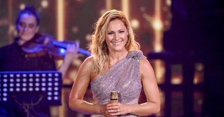 Helene Fischer steht bei einer TV-Spendengala auf der Bühne. Die Sängerin versteht sich zwar in erster Linie als Entertainerin, möchte manchmal aber auch politisch Stellung beziehen.