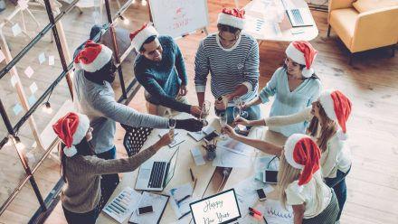 Für eine gelungene Weihnachtsfeier bietet es sich an, das Büro zu verlassen. (ncz/spot)