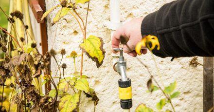 Um Rohrbrüchen vorzubeugen, müssen zum Ende des Herbstes alle Wasserleitungen im Außenbereich abgestellt und entleert werden.