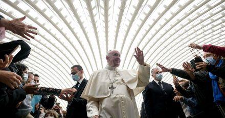 Papst Franziskus hat jetzt ein Trikot von Lionel Messi.