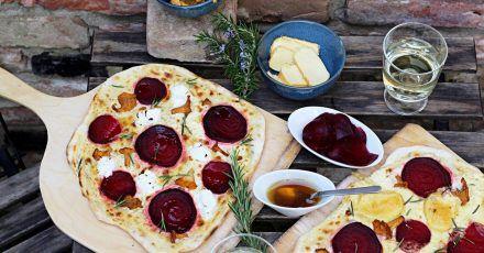 Einmal Flammkuchen mit Ziegenfrischkäse, einmal mit Limburger - aber beide mit Pfifferlingen und Roter Bete. Passt perfekt zu den Farben des Herbstes.