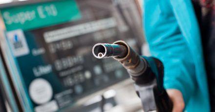 An der Tankstelle müssen Autofahrerinnen und Autofahrer derzeit deutlich tiefer in die Tasche greifen als noch vor wenigen Wochen.