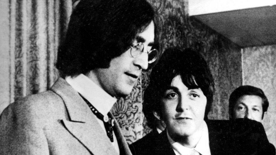Paul McCartney (r.) und John Lennon (l.) wurden mit George Harrison und Ringo Starr als The Beatles berühmt. (ili/spot)