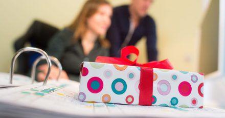 Ein Geschenk ist eine nette Aufmerksamkeit. Im Arbeitskontext ist jedoch Vorsicht geboten.