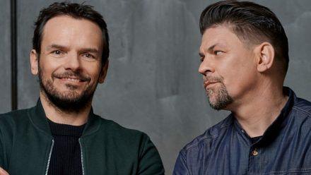 Steffen Henssler (li.) und Tim Mälzer liefern sich gerne einen Showdown in der Küche. (jom/spot)