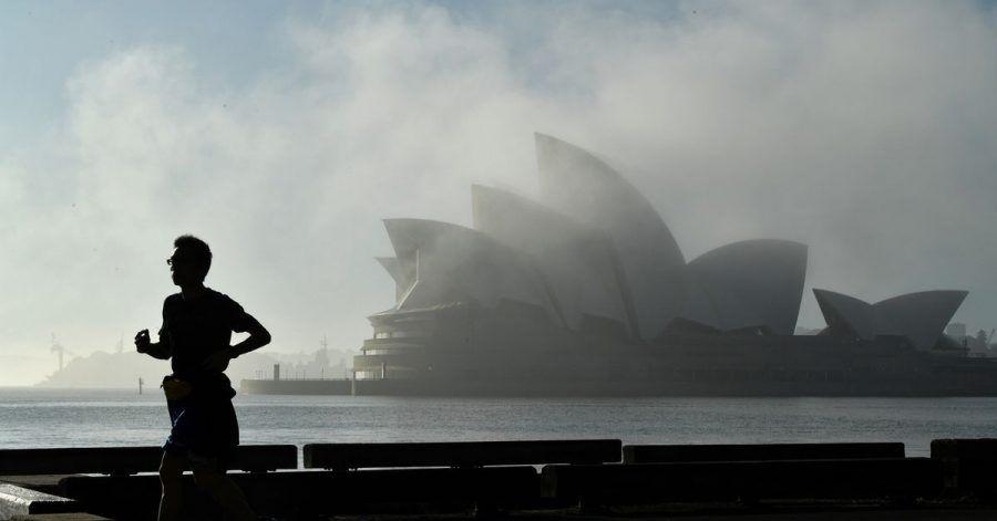 Morgennebel über dem Opernhaus in Sydney.  Unentschlossene Bewohner Australiens sollen jetzt mit Hilfe einer Millionen-Lotterie dazu bewegt werden, sich gegen das Coronavirus impfen zu lassen.