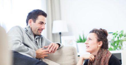 Wenn einem Gespräche über den oder die Ex des neuen Partner weh tun, sollte man das ansprechen.