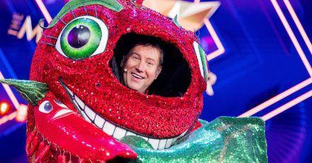 """Jens Riewa, Moderator der Tagesschau, steht als enttarnte Figur """"Die Chili"""" in der Prosieben-Show """"The Masked Singer"""" auf der Bühne."""