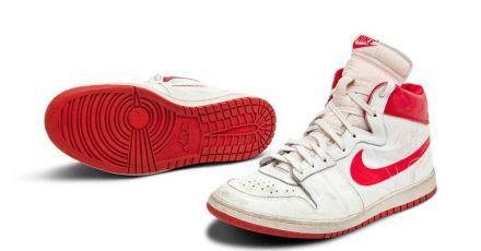 Dieses Paar Turnschuhe von Ex-Basketballprofi Michael Jordan könnte in den USAfür rund 1,5 Millionen Dollar (etwa 1,3 Millionen Euro)versteigert werden.
