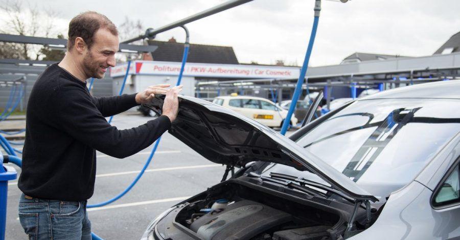 Wer die Kühlflüssigkeit in seinem Auto selbst nachfüllen möchte, sollte einige Dinge beachten. Ganz wichtig: Den Ausgleichsbehälter nie bei betriebswarmem Motor öffnen - es droht Verbrennungsgefahr!
