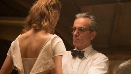 Die Beziehung zwischen Alma (Vicky Krieps) und Reynolds (Daniel Day-Lewis) ist kompliziert (cam/spot)