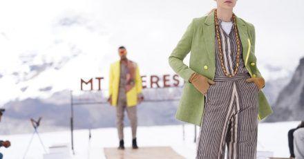 Model Luise Haße präsentiert eine Kreation des nepalesischen Modehauses Kasa auf 5500 Metern Höhe.