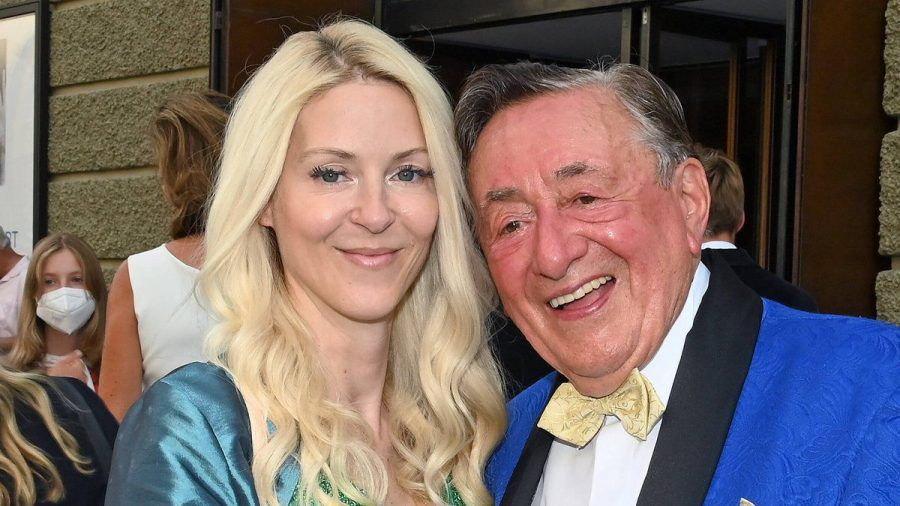 Richard Lugner und seine Freundin Simone haben sich verlobt. (wue/spot)