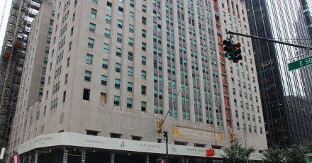 Autos fahren an dem legendären New Yorker Hotel Waldorf Astoria vorbei. Das berühmte Luxushotel bleibt aber erstmal weiter wegen Renovierung geschlossen.