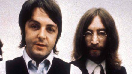Paul McCartney (li.) und John Lennon gegen Ende der Beatles-Zeit. (smi/spot)