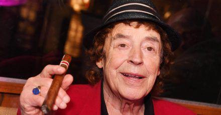 Tony Marshall, Schlagersänger, raucht 2020 eine Zigarre bei der Feier seines 82. Geburtstag in einem Restaurant. (Archivbild)