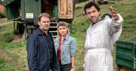Kommissar Robert Winkler (Kai Scheve, l-r) und Kommissarin Karina Szabo (Lara Mandoki) mit dem Bienenzüchter Ronny Beer (Kai Schumann).
