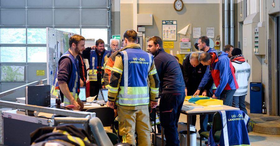 Das Einsatzteam in der Einsatzzentrale der Rettungsaktion an der Grenze zwischen Bayern und Tschechien. Nach zwei Nächten in dem riesigen Waldgebiet ist die achtjährige Julia lebend gefunden worden.