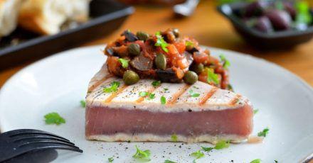 Sieht aus wie ein Stückchen Kuchen, ist aber ein Thunfischsteak in Sushi-Qualität. Es wird gegrillt und mit einer Gemüsepaste serviert.