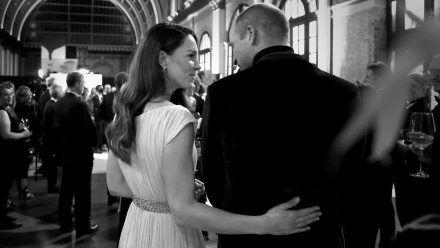 Herzogin Kate legt liebevoll einen Arm um ihren Ehemann. (jom/spot)