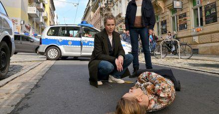 Anna Schneider (Milena Tscharntke) ist auf offener Straße tot zusammengebrochen, das untersuchen Leo Winkler (Cornelia Gröschel, l) und Karin Gorniak (Karin Hanczewski).