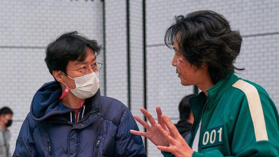 """Ein Blick hinter die Kulissen von """"Squid Game"""" mit Regisseur Hwang Dong-hyuk (l.). (wue/spot)"""