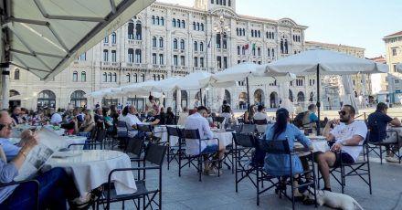 Im Kaffeehaus Caffè Degli Specchi können sich Besucher dem süßen Nichtstun hingeben.