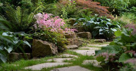 Material und Form passen zum Umfeld: Daran sollten sich Hobbygärtner orientieren, wenn sie einen neuen Gartenweg planen.
