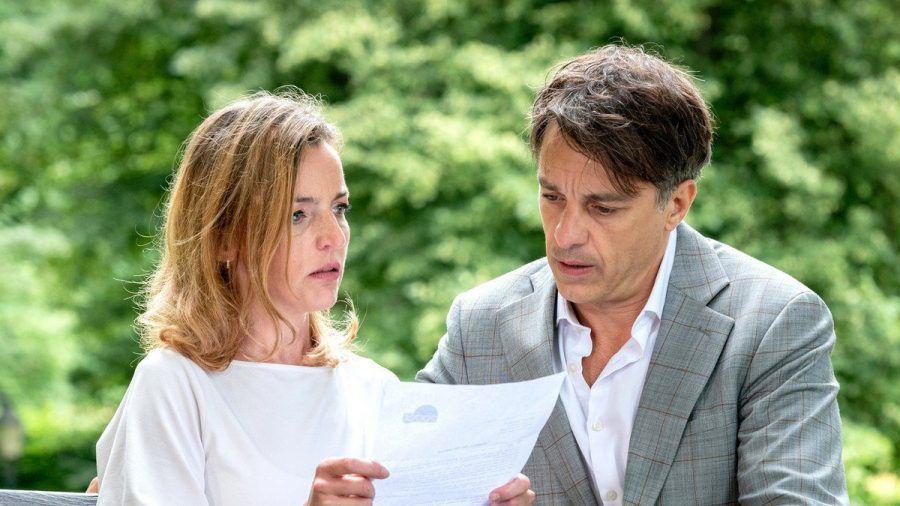 """""""Sturm der Liebe"""": Robert und Lia lesen geschockt das Ergebnis des Gentests. (cg/spot)"""