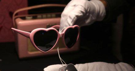 Eine herzförmige Brille von Amy Winehouse ist im Hard Rock Cafe am Times Square zu sehen. Vor einer großen Versteigerung in Kalifornien sind persönliche Gegenstände der verstorbenen Sängerin in New York ausgestellt worden.