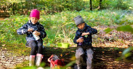 Bei sportlichen Aktivitäten oder beim Spielen vergessen Kinder schnell, etwas zu trinken. Eltern sollten deshalb auf eine regelmäßige Flüssigkeitszufuhr achten.