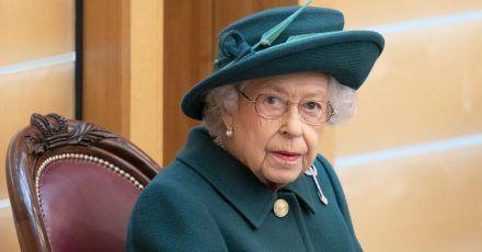 Königin Elizabeth II. sitzt im Plenarsaal des schottischen Parlaments in Edinburgh. (Archivbild)