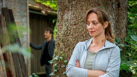 """""""Sturm der Liebe"""": Ariane hält sich im Hintergrund, während Robert versucht, mit Lia zu reden. (cg/spot)"""