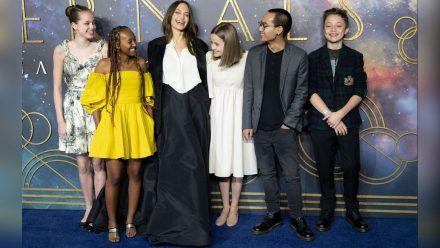 Angelina Jolie mit fünf ihrer sechs Kinder. (jom/spot)