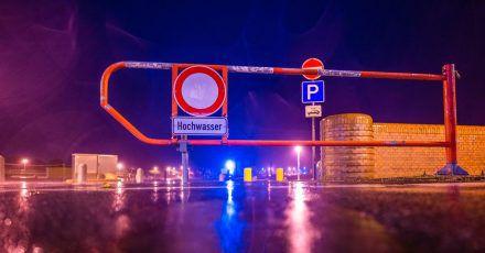 """Der Zugang zum Parkplatz am Südstrand in Wilhelmshaven ist wegen des Sturmtiefs """"Ignatz"""" mit Hochwasser-Gefahr für Autos gesperrt."""