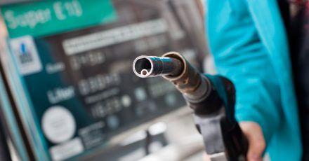 Angst vor der Zapfpistole? An der Tankstelle müssen Autofahrerinnen und Autofahrer derzeit deutlich tiefer in die Tasche greifen als noch vor wenigen Wochen.