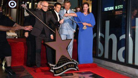 Daniel Craig (2.v.r.) und Rami Malek (3.v.r.) bei der Enthüllung von Craigs Stern auf dem Hollywood Walk of Fame. (ili/spot)