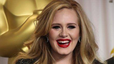 Adele hat ein ungewöhnliches Souvenir an ihrer Wand hängen. (ncz/spot)