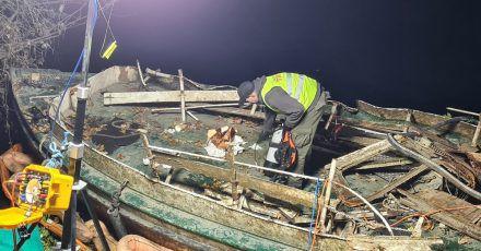 Das versunkene und wieder aufgetauchte Fahrgastschiff «Moornixe» ist aus dem Wasser gehoben.