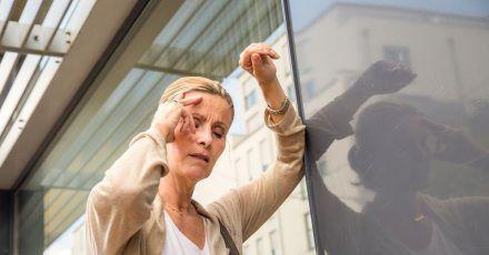 Minutenlange Probleme mit dem Sehen oder mit der Koordination können Symptome einer kurzen Durchblutungsstörung im Hirn sein.