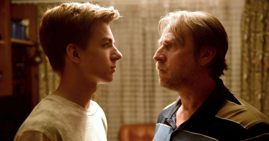 Benny (Nick J. Schuck, l) ist wütend, da sein Vater Volker (Bjarne Mädel) ihn vor seinen Freunden blamiert hat.