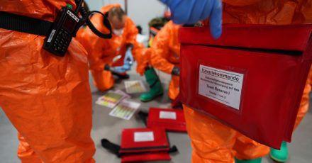 Einsatzkräfte des Havariekommandos bereiten sich während einer Großübung zur Vorbereitung auf Notfälle im Seuchenschutz im Hamburger Hafen auf ihren Einsatz vor.