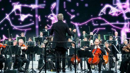 Das Beethoven Orchester Bonn spielt beim ersten Telekom Street Gig Klassik in der Elbphilharmonie unter der Leitung von Dirk Kaftan. (tae/spot)